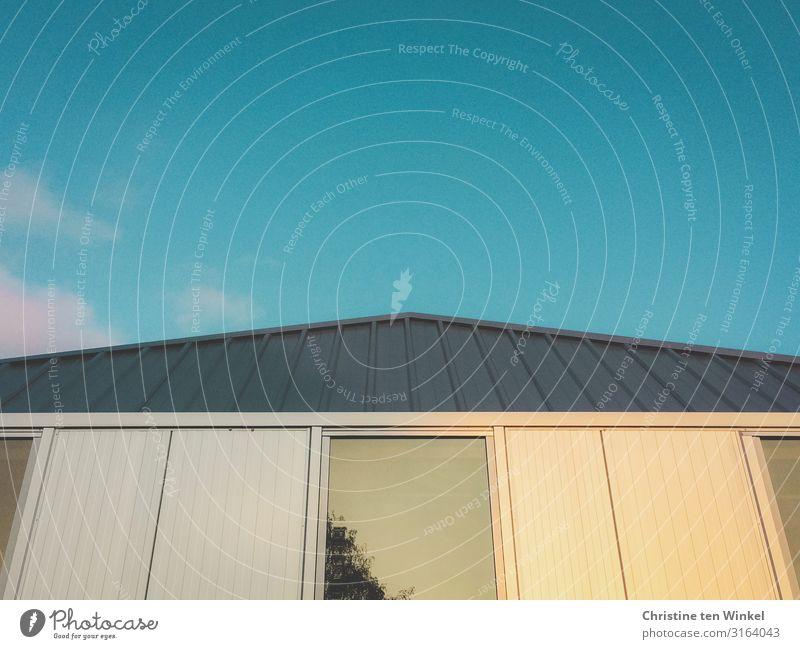Gebäude mit spiegelndem Fenster im Abendlicht Himmel Wolken Schönes Wetter Haus Bauwerk Bürogebäude Fassade Dach ästhetisch außergewöhnlich eckig Freundlichkeit