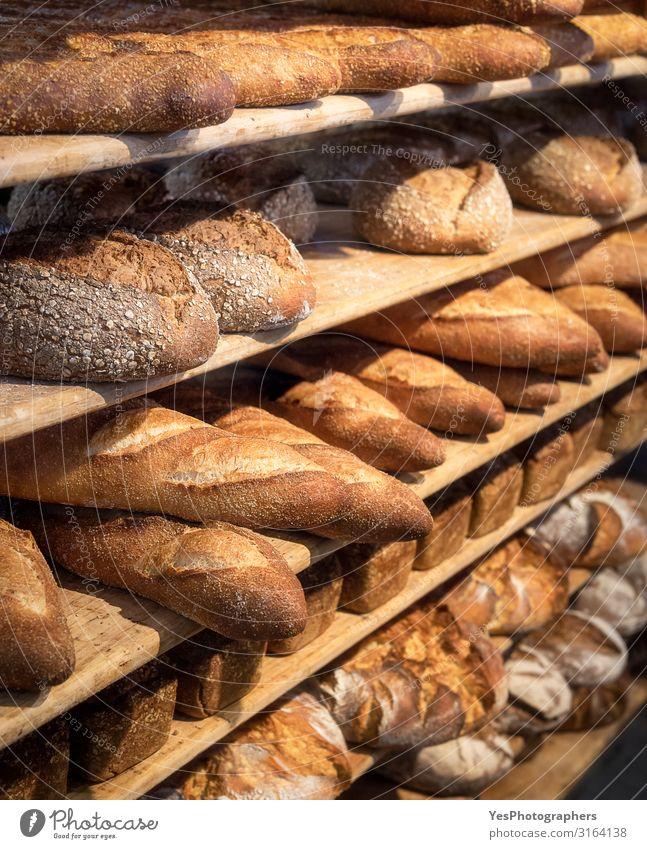 Runde Brote und lange französische Brote auf Regalen. Backwaren. Brötchen Ernährung kaufen Gesunde Ernährung gelb Tradition Sortiment Bäcker Bäckerei