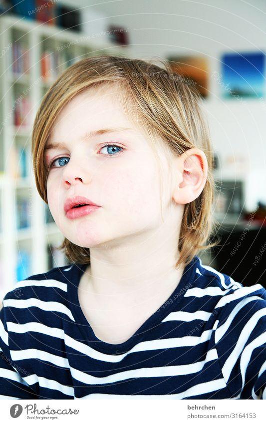 lieblingsmensch | und lieblingsmodel zuhause Blick in die Kamera Porträt Sonnenlicht Nahaufnahme Detailaufnahme Tag Licht Kontrast Farbfoto niedlich unschuldig