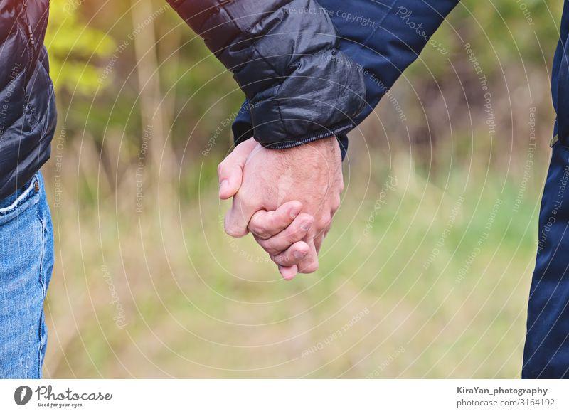Zwei Männer halten sich im Freien in Jacken an den Händen, Nahaufnahme, Kopierraum Lifestyle Glück schön Freiheit Feste & Feiern Mensch Homosexualität Junge