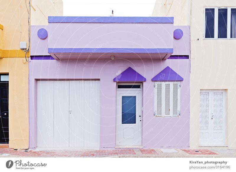 Authentisches typisches Sommer-Vorstadthaus in Malta Appartement Architektur Balkon Strandhaus Backsteinhaus hell Gebäudeaußenseite gebaute Struktur Großstadt