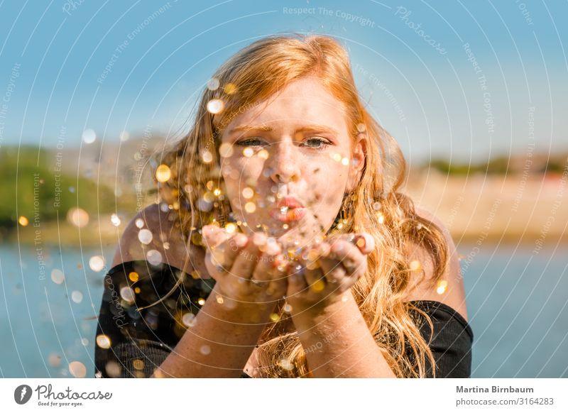 Schöner Teenager mit Rothaar und Sommersprossen, die Konfettis blasen. Lifestyle Freude Glück schön Gesicht Schminke Feste & Feiern Mensch Junge Frau