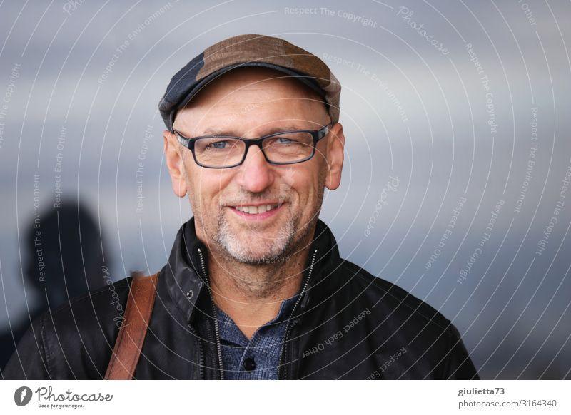 Glück kommt von innen || UT HH19 Mann Erwachsene Männlicher Senior Leben Mensch 45-60 Jahre 60 und älter Brille Mütze grauhaarig kurzhaarig Glatze Bart