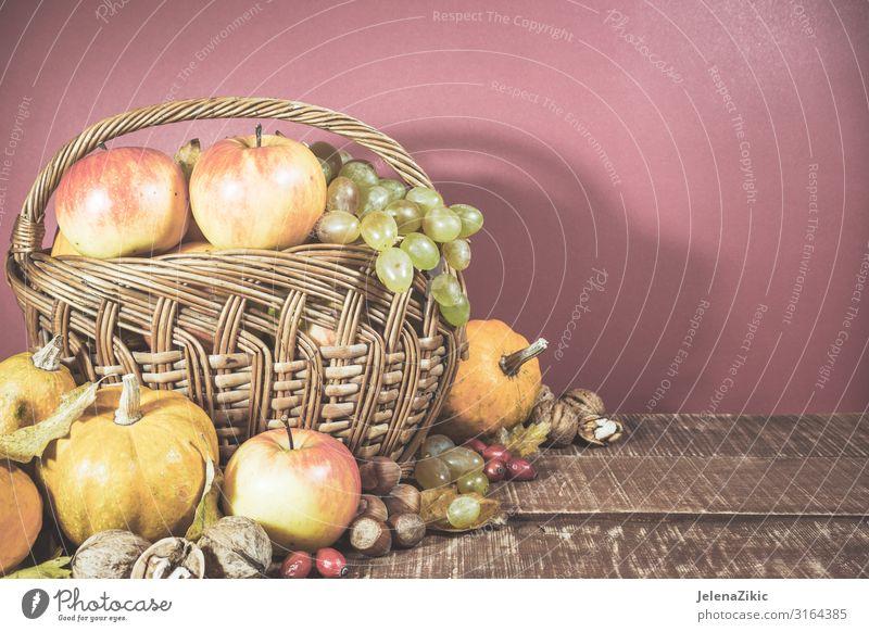 Korb mit Herbsternte Gemüse Frucht Apfel Ernährung Essen Vegetarische Ernährung Lifestyle Design Tisch Natur Pflanze Blatt Holz alt frisch natürlich süß Ernte