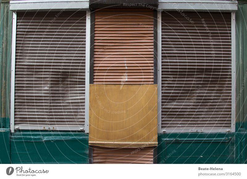 Shut down: durch Rolläden und Holzverschlag geschlossenes Geschäftslokal Ladengeschäft pleite geschäftsaufgabe Einzelhandel Wirtschaft Schaufenster Krise