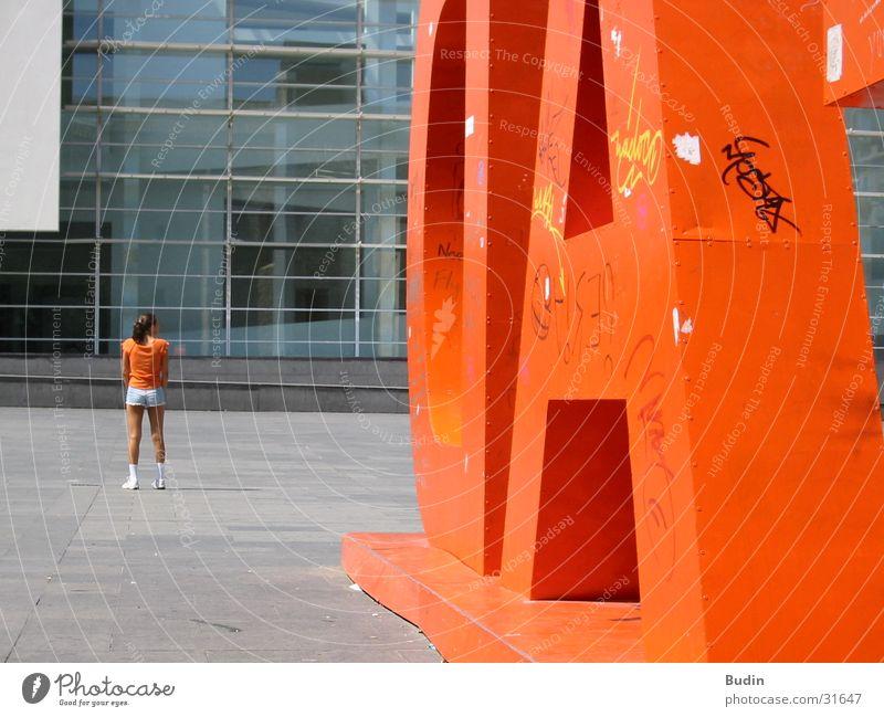 Orange Frau Mädchen orange Rücken Buchstaben Barcelona rückwärts Blech Katalonien Glasfassade