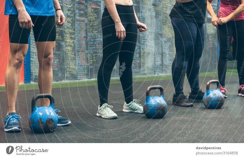 Nicht erkennbare Gruppe von Athleten mit Kettlebells Sport Tafel Mensch Frau Erwachsene Mann Menschengruppe Turnschuh Fitness authentisch Kraft unkenntlich