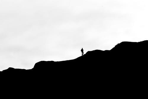 Aufstieg Mensch Himmel Natur weiß Landschaft Ferne Berge u. Gebirge schwarz Bewegung Freiheit grau Felsen Stimmung gehen wandern Abenteuer