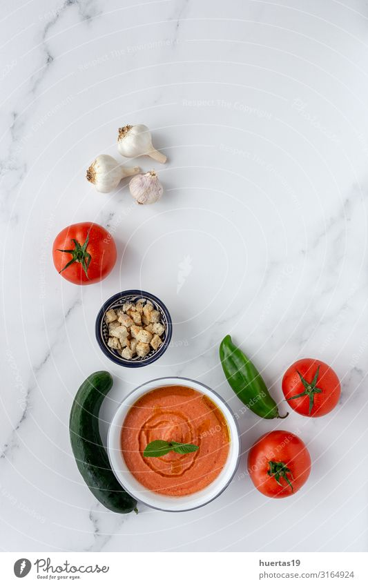 Hausgemachte typisch spanische Gazpacho. Tomatensuppe Lebensmittel Wurstwaren Gemüse Brot Suppe Eintopf Ernährung Abendessen Vegetarische Ernährung Diät