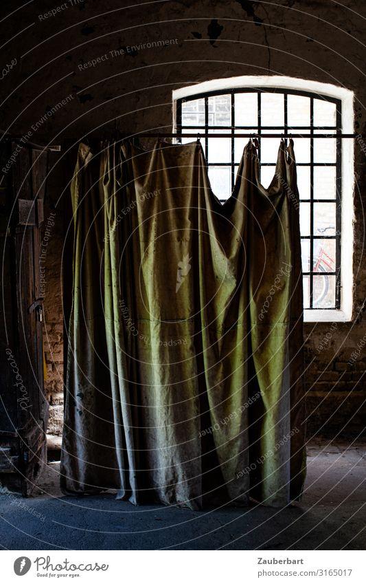 You can't hide Handwerk Werkstatt Fenster Sprossenfenster Vorhang Backstein Arbeit & Erwerbstätigkeit alt historisch kaputt Originalität braun grün