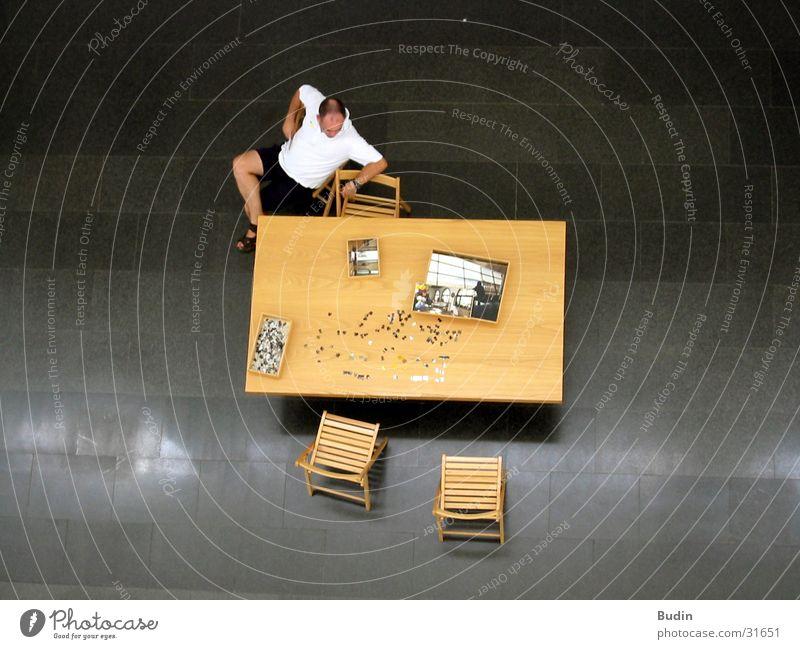 Puzzle Mann Spielen Tisch Stuhl Bodenbelag resignieren verteilt Steinboden
