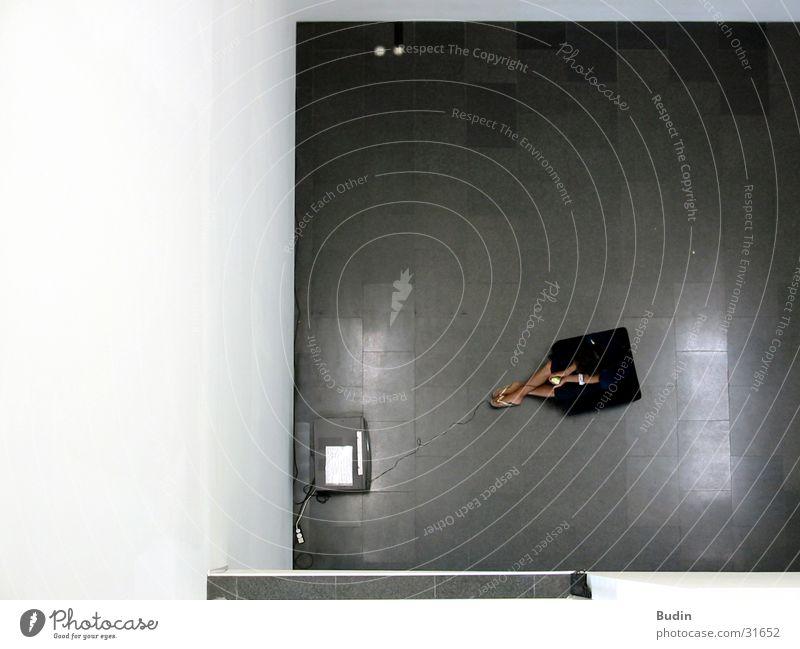 Spielhaus Mensch Mann Einsamkeit Spielen Computerspiel Raum Fernseher Kabel Sessel Playstation Steinboden