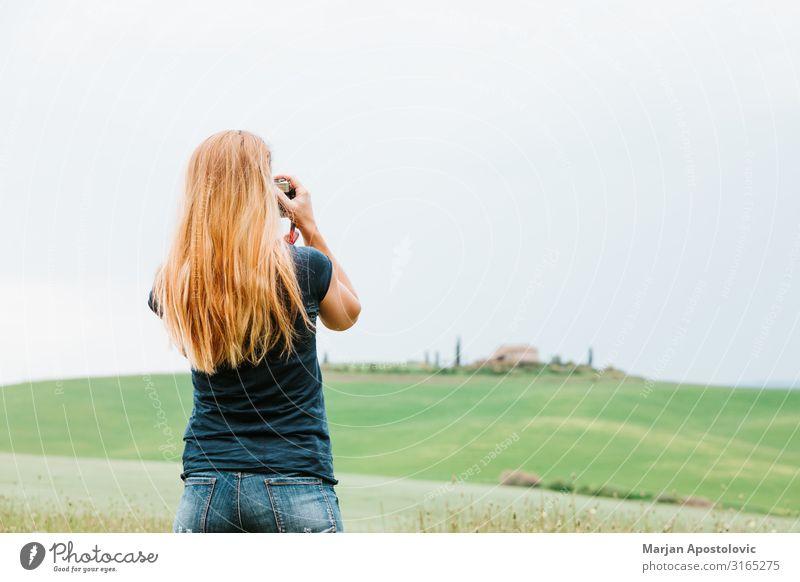 Junge Frau fotografiert Landschaft in der Toskana Freizeit & Hobby Fotografie Ferien & Urlaub & Reisen Tourismus Sightseeing Fotokamera feminin Jugendliche