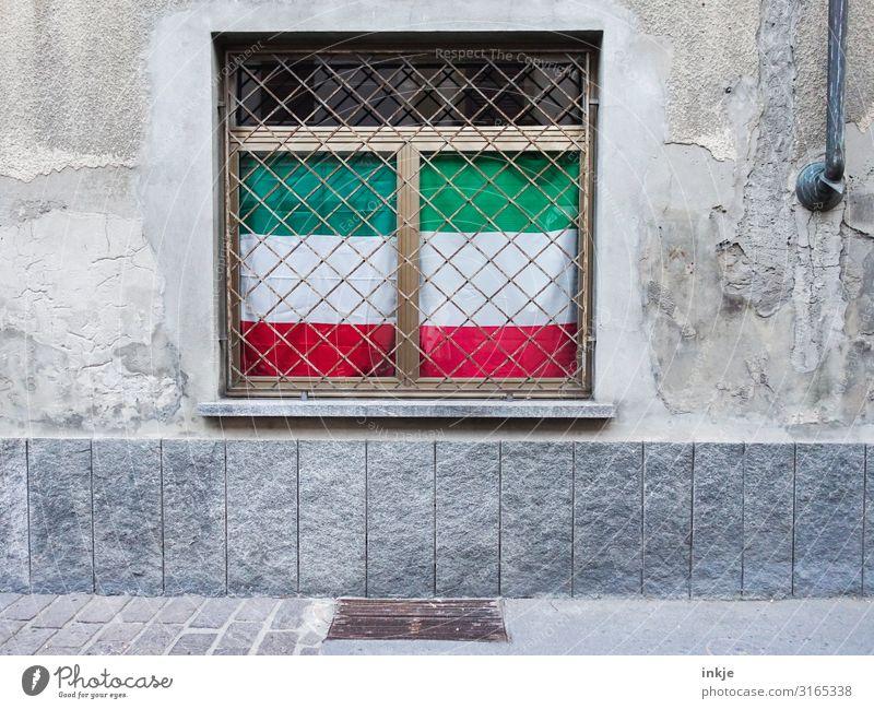 Italienflaggen im Nordrhein-Westfalen-Look Kleinstadt Menschenleer Fassade Fenster Gitter Streifen Fahne authentisch Patriotismus Wolkendecke grün weiß rot