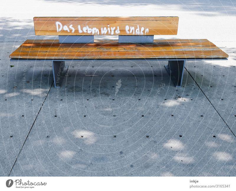 Nackte Tatsache Menschenleer Platz Marktplatz Holzbank Bank Parkbank Schriftzeichen Graffiti authentisch Ende Endzeitstimmung Leben Tod zuletzt Weisheit