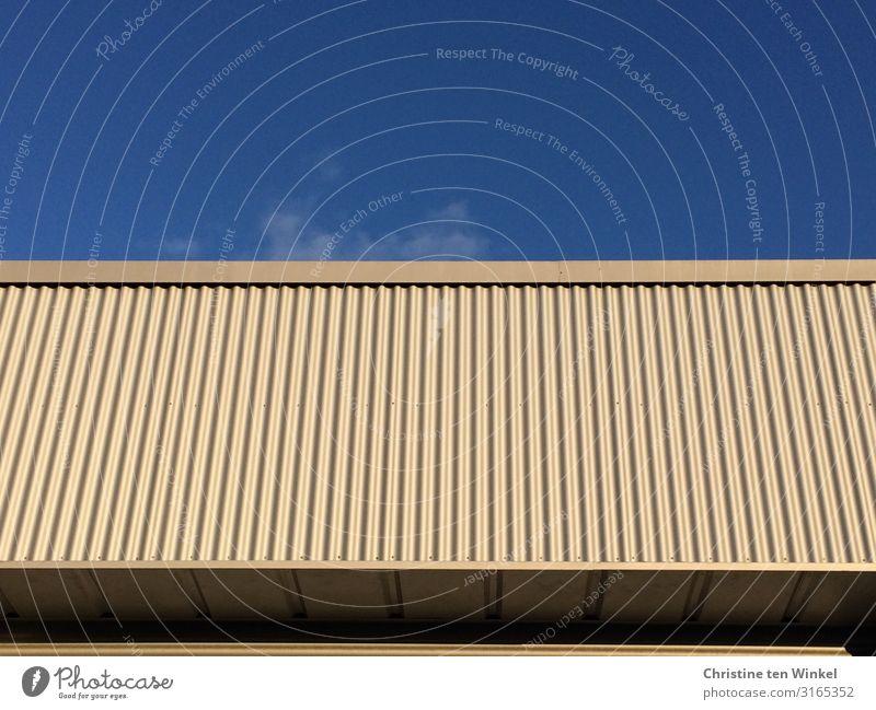 Gebäude mit verkleideter Fassade vor blauem Himmel Haus Mauer Wand Flachdach Fassadenverkleidung Linie Streifen außergewöhnlich eckig glänzend hoch nah modern