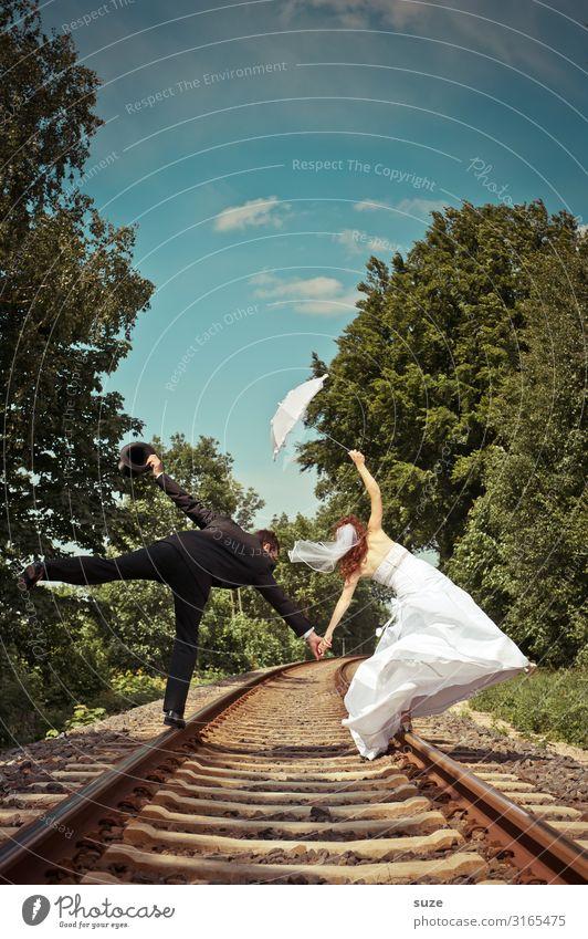 Ein Paar im Gleisbett Sommer Feste & Feiern Hochzeit Mensch maskulin feminin Frau Erwachsene Mann Jugendliche 2 13-18 Jahre Natur Baum Schienenverkehr Gleise