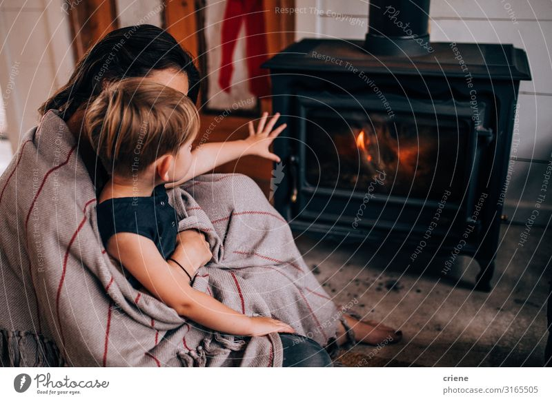 Winter Erwachsene Wärme Familie & Verwandtschaft Mutter heiß heimwärts Flamme gemütlich Heizung Sohn Brennholz Totholz
