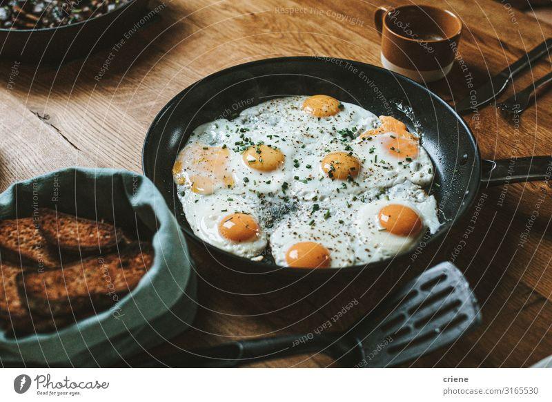 Pfanne mit Spiegelei und Brot zum Frühstück Lebensmittel Gesunde Ernährung Speise Foodfotografie Mahlzeit Ei Essen zubereiten braten Gemüse Nahaufnahme heiß