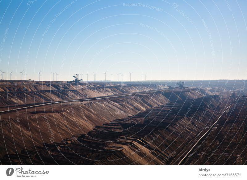 Hinter dem Grubenrand Energiewirtschaft Windkraftanlage Kohlekraftwerk Braunkohlenbagger Wolkenloser Himmel Sommer Klimawandel Schönes Wetter Braunkohlentagebau