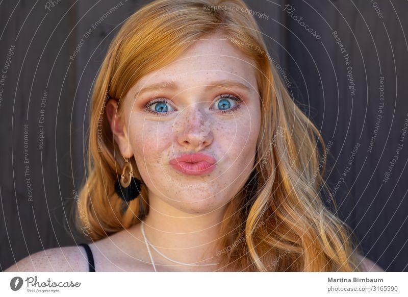 Wunderschöner Teenager mit Rothaar und Sommersprossen. Lifestyle Mensch feminin Junge Frau Jugendliche 1 13-18 Jahre rothaarig langhaarig genießen Küssen