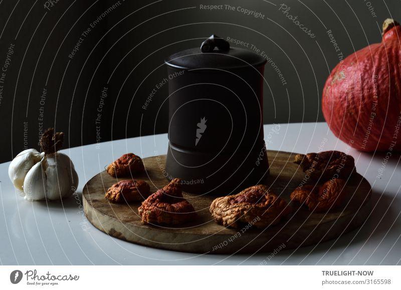 Holzbrett, getrocknete Fliegenpilze, chinesischer Teebecher... Lebensmittel Ernährung Bioprodukte Vegetarische Ernährung Knoblauch Kürbis Becher