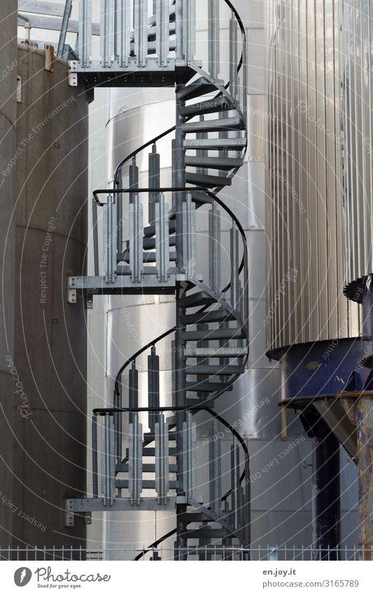 rauf und runter Arbeitsplatz Fabrik Industrie Fortschritt Zukunft Energie innovativ nachhaltig Treppe Wendeltreppe Silo Tank Farbfoto Gedeckte Farben