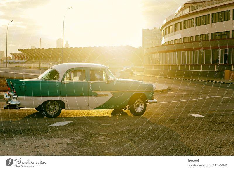 Altamerikanisches Auto, das durch Havanna, Kuba fährt. Lifestyle Leben Ferien & Urlaub & Reisen Tourismus Ausflug Sonne Insel Küste Verkehr Straße