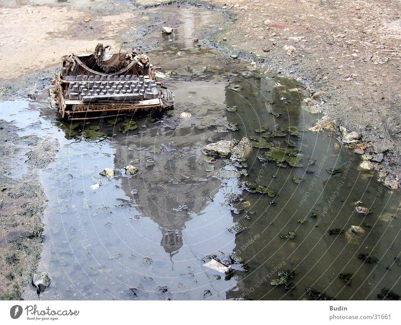 Schreibmaschine Pfütze Reflexion & Spiegelung Capitolio kaputt Schlamm Kuba Wasser schreiben