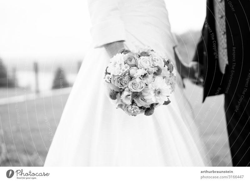 Ehepaar mit Hochzeitsstrauß Frau Mensch Natur Jugendliche Mann schön 18-30 Jahre Erwachsene Leben Liebe feminin Wiese Gefühle Glück Paar Garten