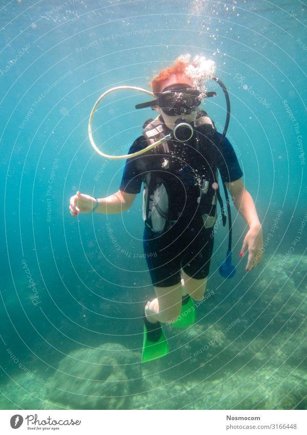 Junge Frauen beim Tauchen, die in das mediterrane Meer tauchen. Freude Glück Erholung Freizeit & Hobby Ferien & Urlaub & Reisen Abenteuer Sommer Insel Sport