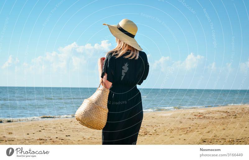 Frauen mit schwarzem Kleid und Strohhut entspannen sich am Strand. Lifestyle schön Körper Wellness harmonisch Erholung Meditation Ferien & Urlaub & Reisen