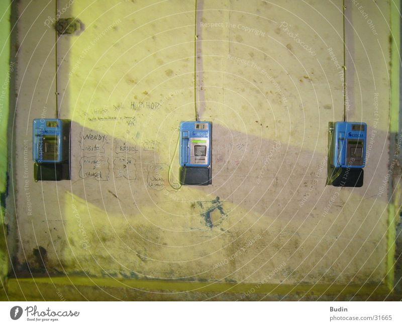 eins, zwei oder drei Telefon Wand Wandtelefon Nacht Kuba Havanna Dinge Publifon Telefonkabine