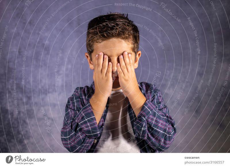 Kleines Kind, das seine Augen mit den Händen bedeckt. Lifestyle Freude Glück schön Gesicht Freizeit & Hobby Spielen Kinderspiel Mensch Baby Kleinkind Junge Mann