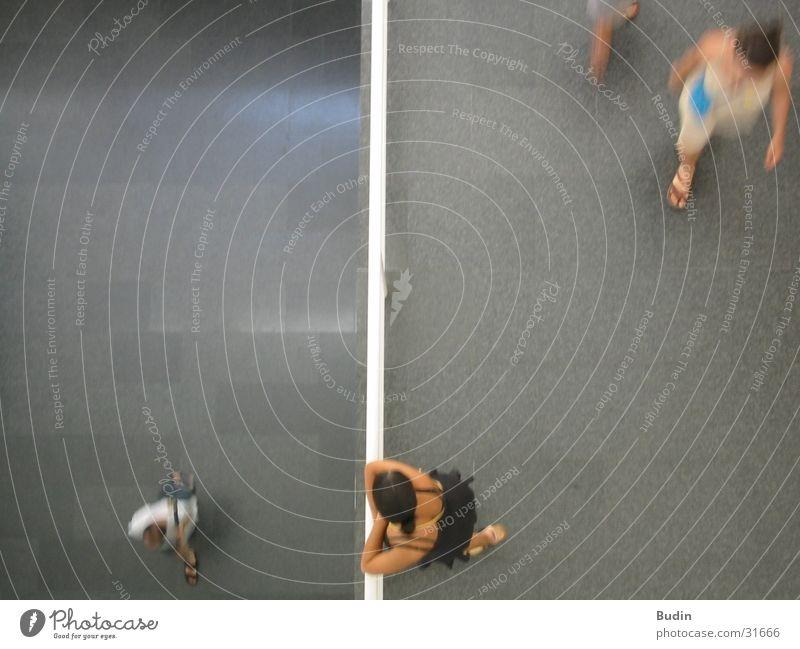 Ansichten Mensch Bewegung Menschengruppe warten beobachten Etage Geländer