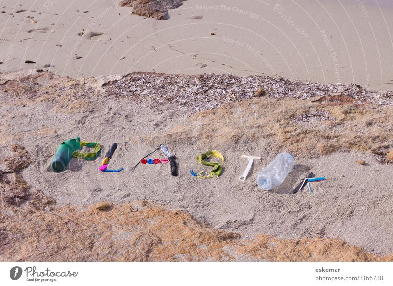 Plastikmüll am Strand Meer Umwelt Natur Küste Mittelmeer Insel Formentera Balearen Spanien Verpackung Kunststoffverpackung Müll Kunststoffmüll Sand Zeichen