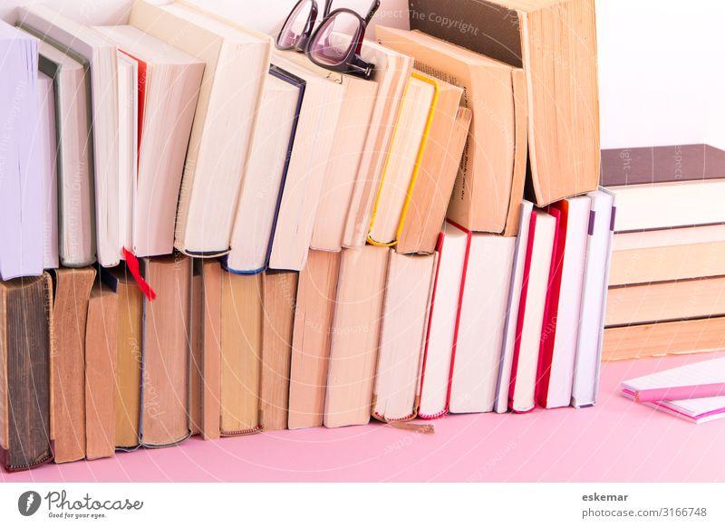 Bücher lesen Schreibtisch Bildung Wissenschaften Studium Büro Printmedien Buch Bibliothek Brille Lesebrille alt viele rosa weiß Weisheit klug chaotisch vergilbt