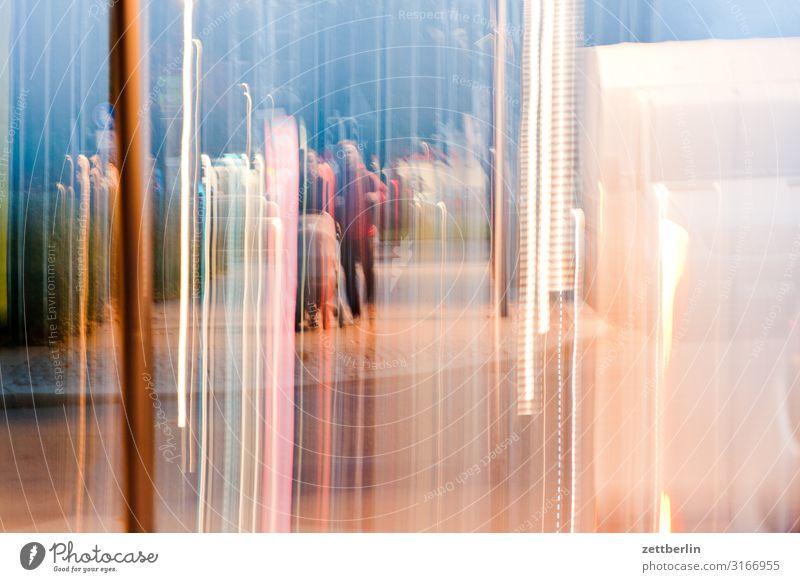Verwischte Szene Stadt Straße Stadtleben Unschärfe Bewegungsunschärfe Licht Lichtstreifen Lichtmalerei Lightshow Eile Geschwindigkeit Textfreiraum Abend Nacht