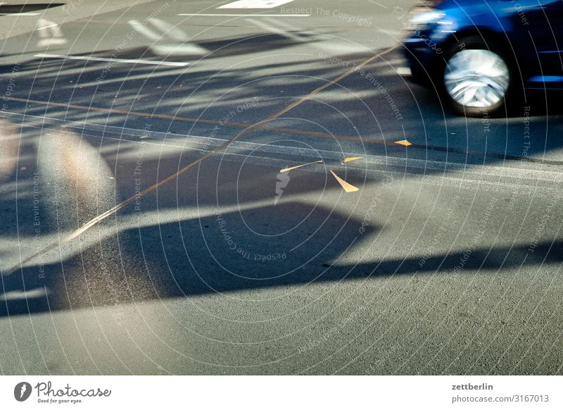 Straße Asphalt Licht Schatten Lichtfleck Sonnenfleck PKW Rad fahren Verkehr Geschwindigkeit Eile Unfall bedrohlich gefährlich Unfallgefahr Menschenleer