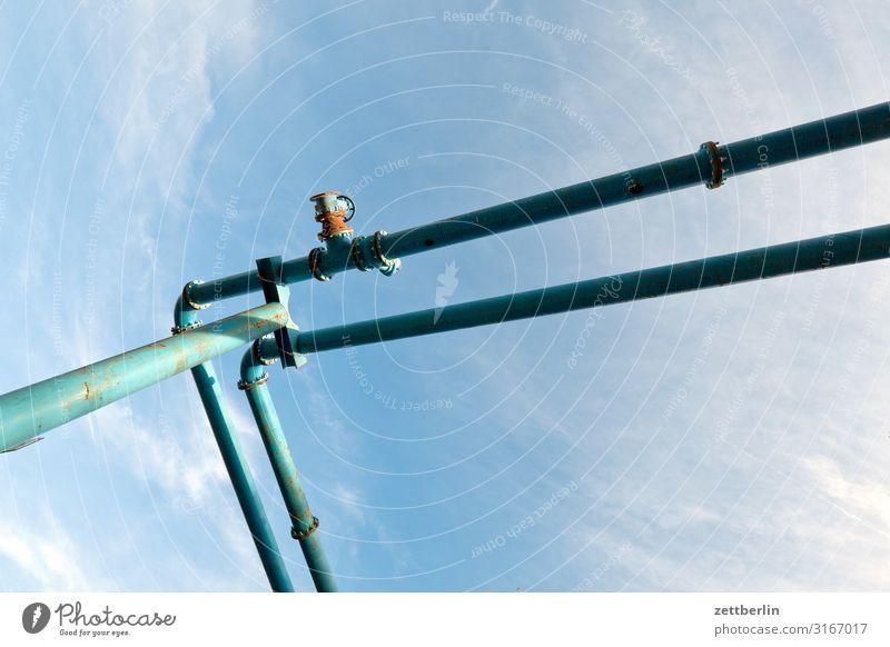 Pipeline Röhren Eisenrohr Rohrleitung Wasserrohr entwässern Bewässerung Baustelle Baugrundstück Absicherung Froschperspektive Himmel Himmel (Jenseits) Wolken