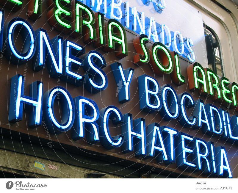 Horchateria Neonlicht Leuchtreklame Wand Spanien Fototechnik Detailaufnahme blau neonschein