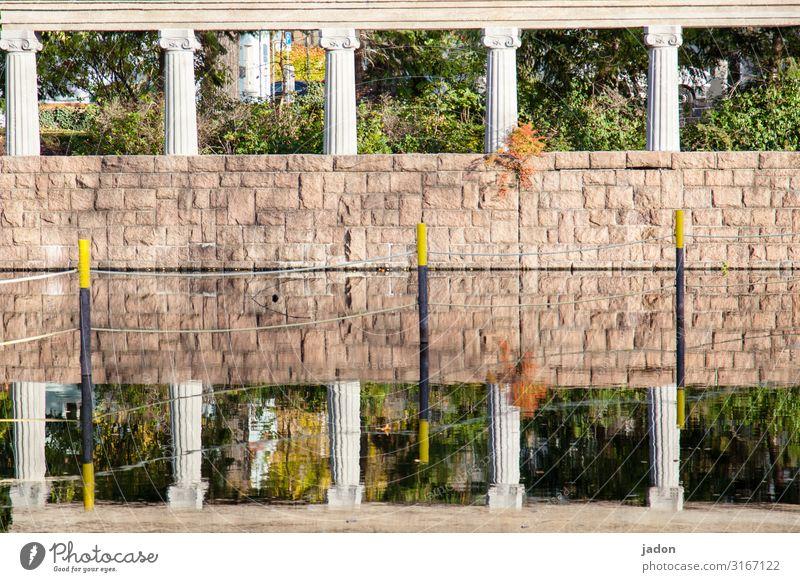 fensterchen. Kunst Kunstwerk Wasser Schönes Wetter Sträucher Park Bauwerk Mauer Wand Ornament stehen standhaft Ordnung Säule Reflexion & Spiegelung