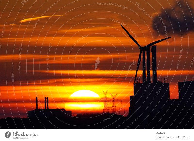 Sonnenuntergang hinter Industrieanlagen Landschaft dunkel Herbst orange dreckig Energiewirtschaft Technik & Technologie Schönes Wetter Zukunft Klima Rauch