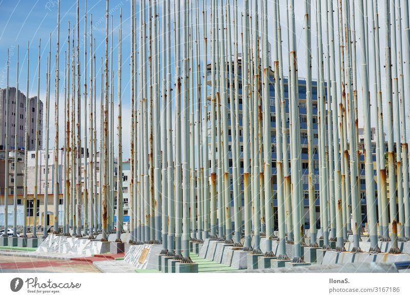 Fahnenmasten in Havanna Ferien & Urlaub & Reisen Sommer Stadt Sonne Meer Haus Ferne Strand Architektur Wand Kunst Tourismus Mauer Ausflug Metall Wellen