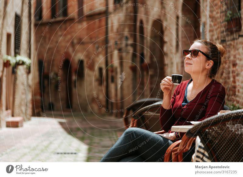 Junge Frau genießt Kaffee im Außencafé Kaffeetrinken Heißgetränk Espresso Becher Lifestyle Ferien & Urlaub & Reisen Tourismus Mensch feminin Jugendliche