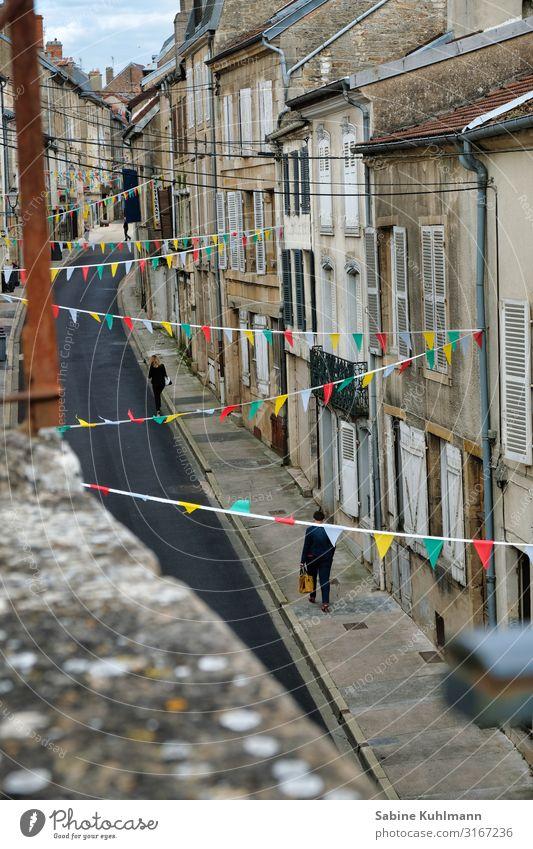Eine kleine Gasse Frankreich Dorf bevölkert Haus Fassade Straße gehen laufen Häusliches Leben historisch schön mehrfarbig Zufriedenheit Ferien & Urlaub & Reisen