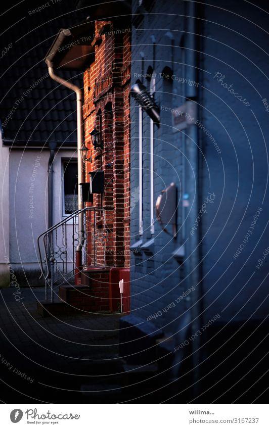 Das rote Backsteinhaus Haus Backsteinfassade Klinkerbau Treppe Fassade Briefkasten Hauseingang Treppengeländer Abend Kleinstadt Altstadt Häuser Dachrinne