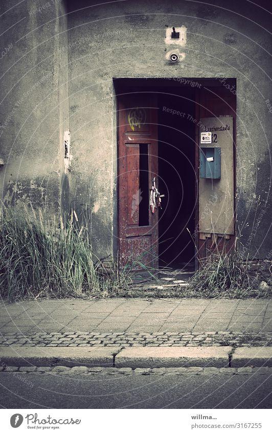 Verfallener Hauseingang mit Briefkasten und ohne Licht Eingangstür Tür Holztür offen verfallen schmuddelig ungepflegt kaputt beschädigt Wand Barriere gruselig