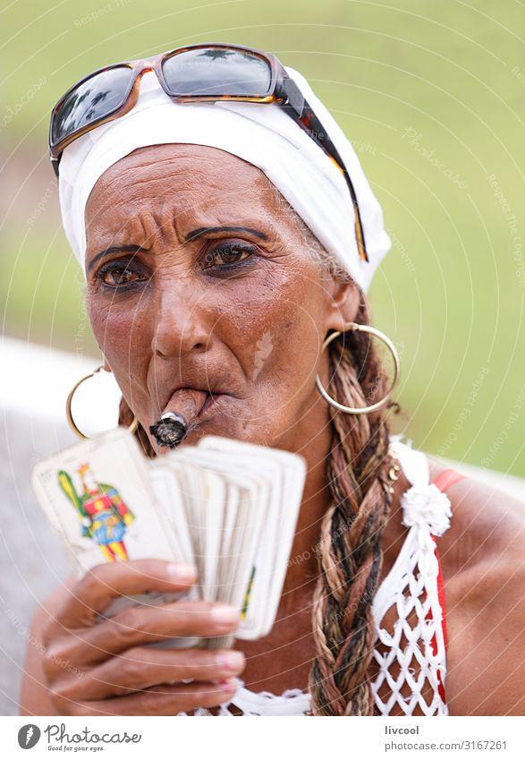 Kubanische Frau, die eine Zigarre in einem Park in Havanna raucht, Kuba feminin Weiblicher Senior Kopf Haare & Frisuren Gesicht Auge Nase Mund Lippen Hand 1