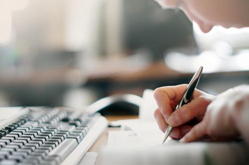 Hand mit Kugelschreiber. Schreibkraft Erwachsenenbildung Schule lernen Studium Student Prüfung & Examen Arbeit & Erwerbstätigkeit Büroarbeit Arbeitsplatz